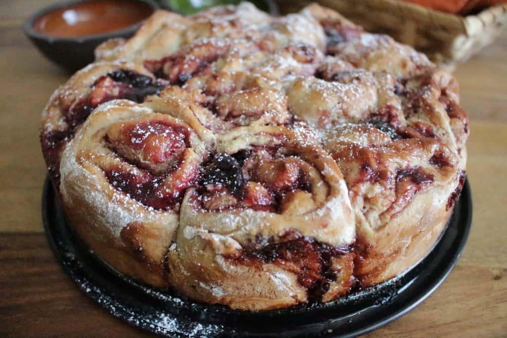 עוגת שבלולי שמרים ממולאים בקונפיטורת פירות יער ביתית, טבעונית ומשגעת…