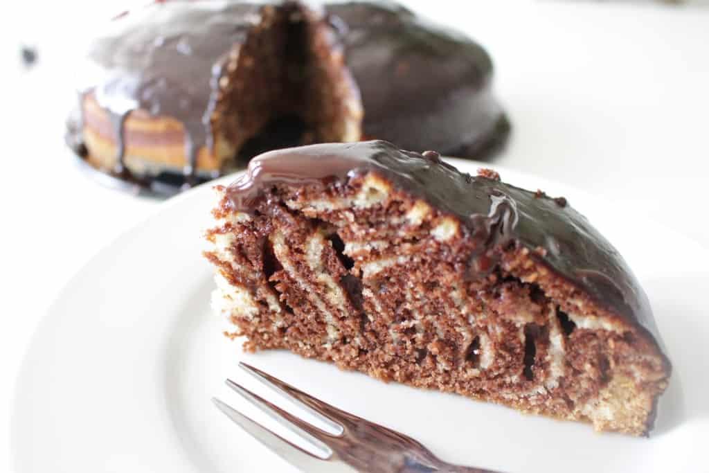 עוגת זברה בחושה פשוטה בזיגוג שוקולד ביתי