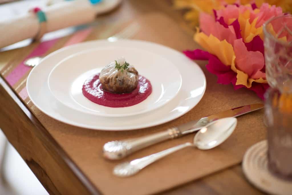 דפי אורז במילוי פטריות, ערמונים ויין, על מצע קארי סלק