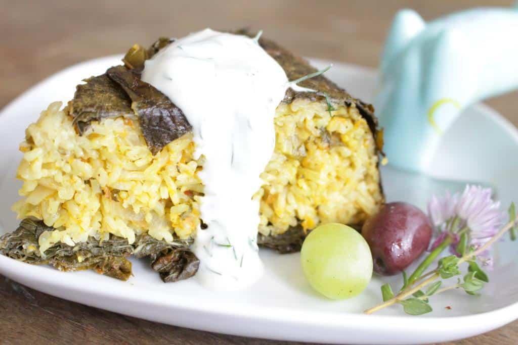 עוגת עלי גפן במילוי אורז, עדשים, ירקות ועשבי תבלין טריים בליווי רוטב יוגורט טבעוני