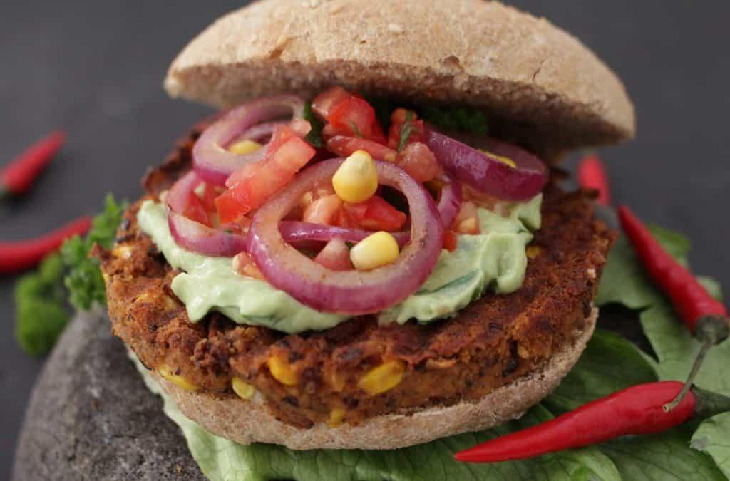 ווג'י – בורגר מקסיקני, טבעוני, בלחמנית קמח כוסמין מלאה, קרם אבוקדו, סלסה ועוד דברים טובים