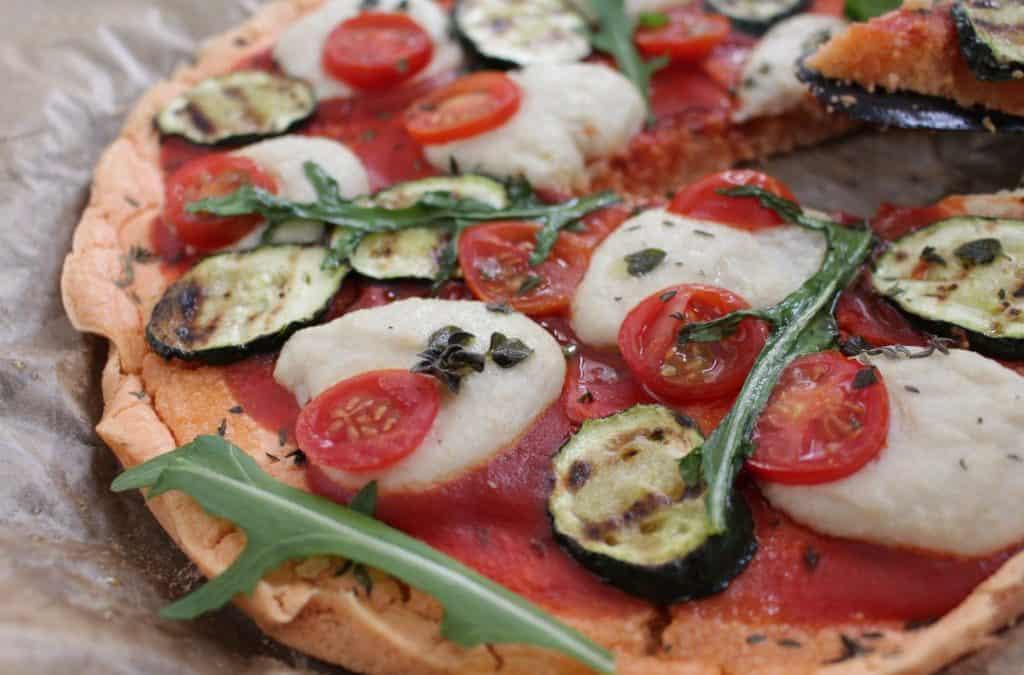 פיצה טבעונית, עם גבינת מוצרלה טבעונית, משגעת, מזינה, טעימה, נטולת גלוטן ושמרים