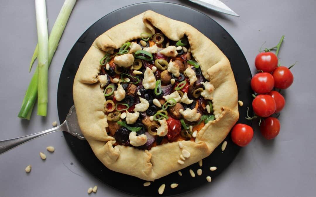 מאפה טבעוני משגע במילוי ירקות צלויים, עשבי תיבול וקרם אגוזים