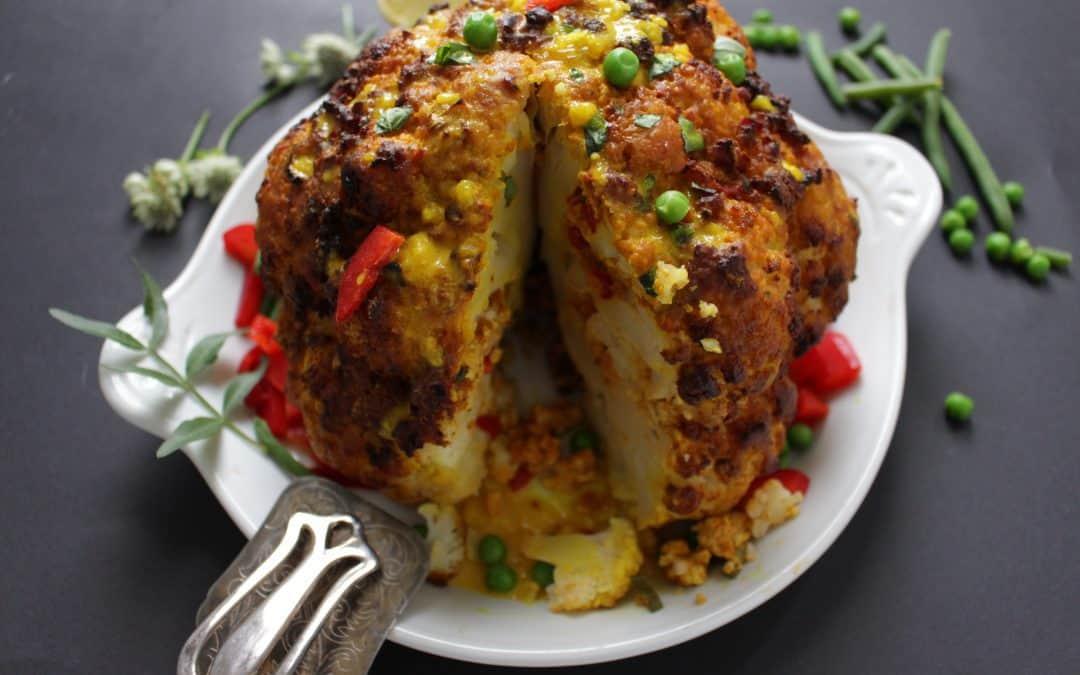 כרובית שלמה – ממולאת בכל טוב, טבעונית, מוגשת עם רוטב קארי פיקנטי