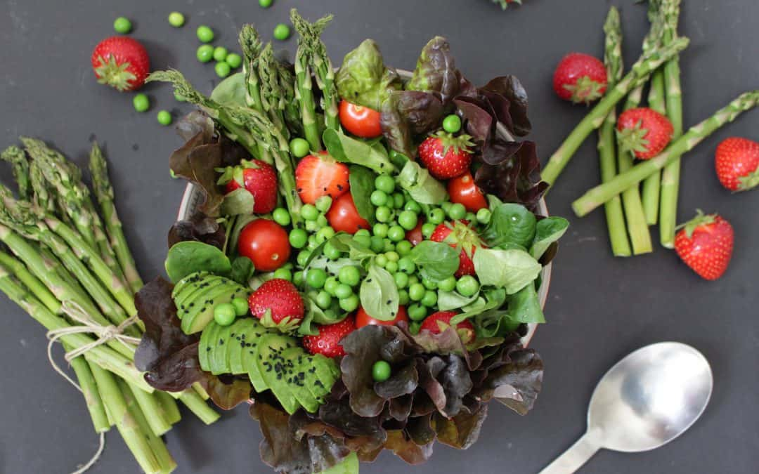 סלט ירוקים עם אספרגוסים ותותים – עונתי, צבעוני, משגע ומזין