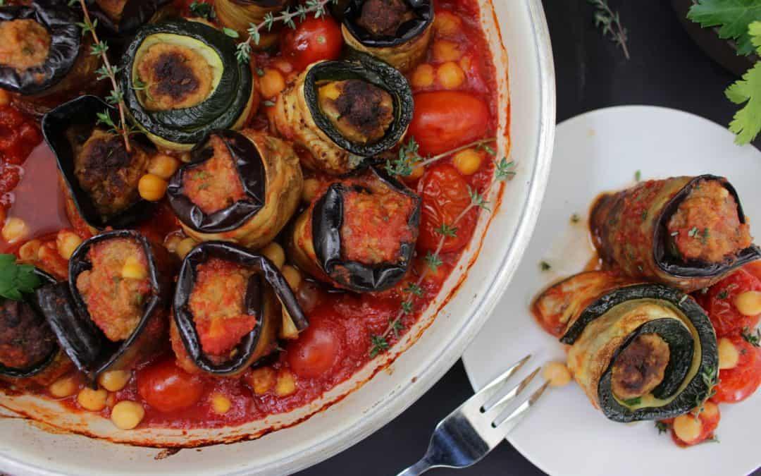 ירקות ממולאים ומגולגלים טבעוניים, במילוי משגע וברוטב עגבניות טריות ועשבי תבלין