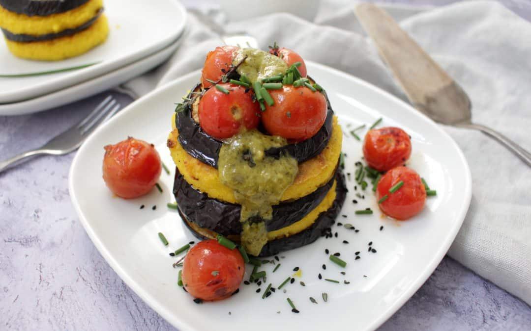 פולנטה, חצילים ועגבניות שרי צרובים, בליווי פסטו רוקט, צלפים וצ'ילי פיקנטי