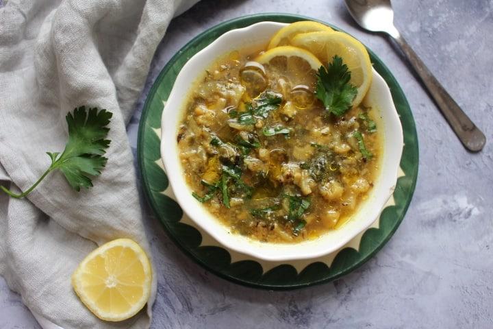 מרק כרובית צהבהב – חמצמץ, מפוצץ עשבי תיבול ירוקים וטריים