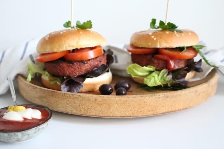 המבורגר טבעוני – מפתיע ומטריף, בלחמניות עננים!