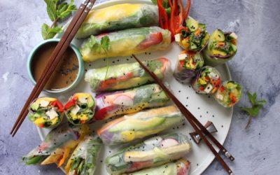 דפי אורז וייטנאמיים – מגולגלים וממולאים ירקות טריים, טופו ואטריות דקות, מנה צבעונית וססגונית