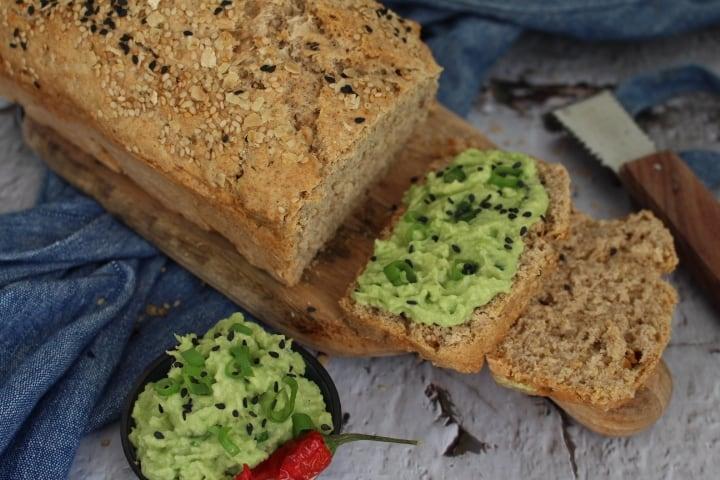 לחם כוסמין מלא בהכנה מהירה, טבעוני וללא שמרים