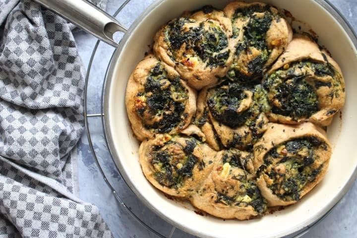 מאפה שמרים או שמרים טבעיים מקמח כוסמין מלא – במילוי ירוקים וגבינות – טבעוני