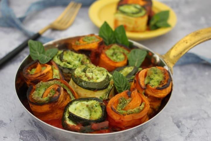 ירקות אנטיפסטי ממולאים – מגולגלים בגבינות טבעוניות ועשבי תיבול, ברוטב איטלקי פיקנטי